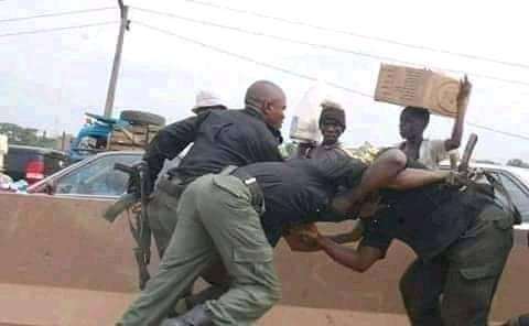 Nigerian Police Officers Caught Fighting While on Duty