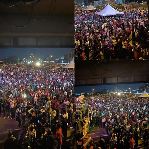 #EndSARS – Large Crowd of Protesters Shuts Down Lekki Toll Gate